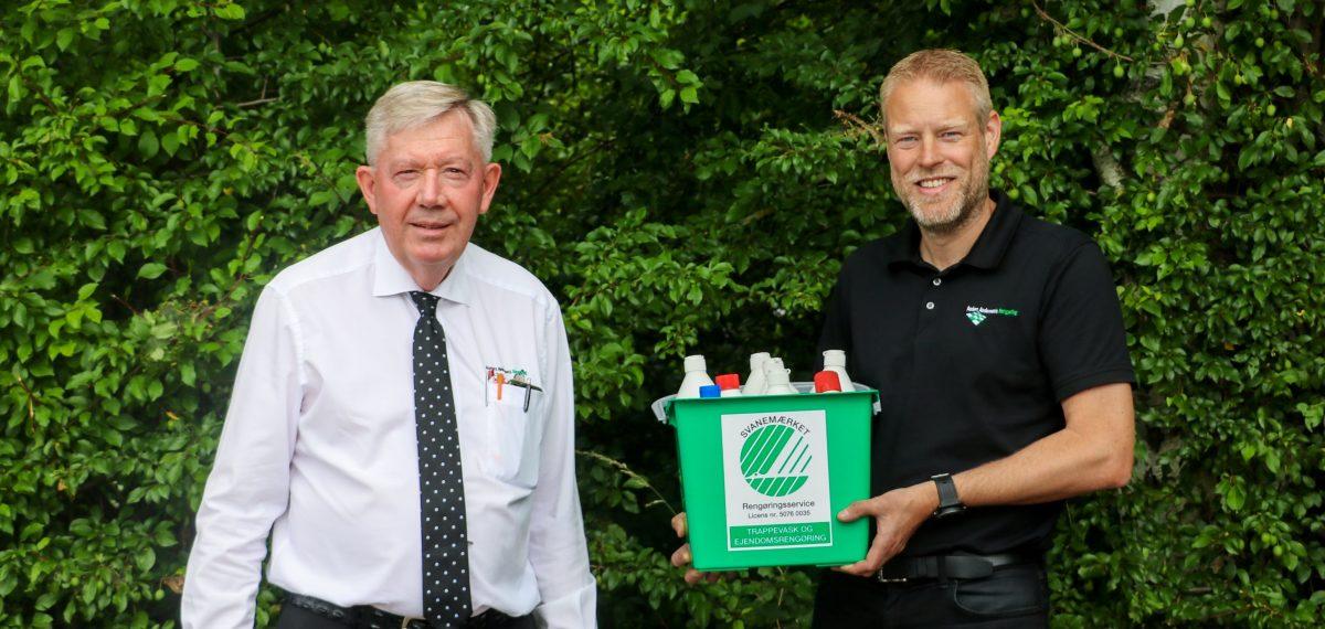Anders Andersen og Kenneth Jensen viser de svanemærkede produkter